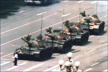 Deja tu legado en esta tierra - El 5 de junio de 1989 un hombre chino se enfrentó solo a la fila de tanques que cerraba la salida este de la Plaza de Tiananmen.